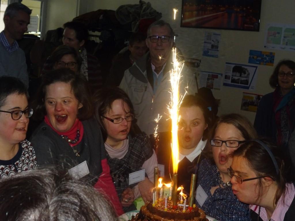 Les 7 jeunes filles de la 1ère Maisonnée ont soufflé les bougies d'anniversaire de l'association