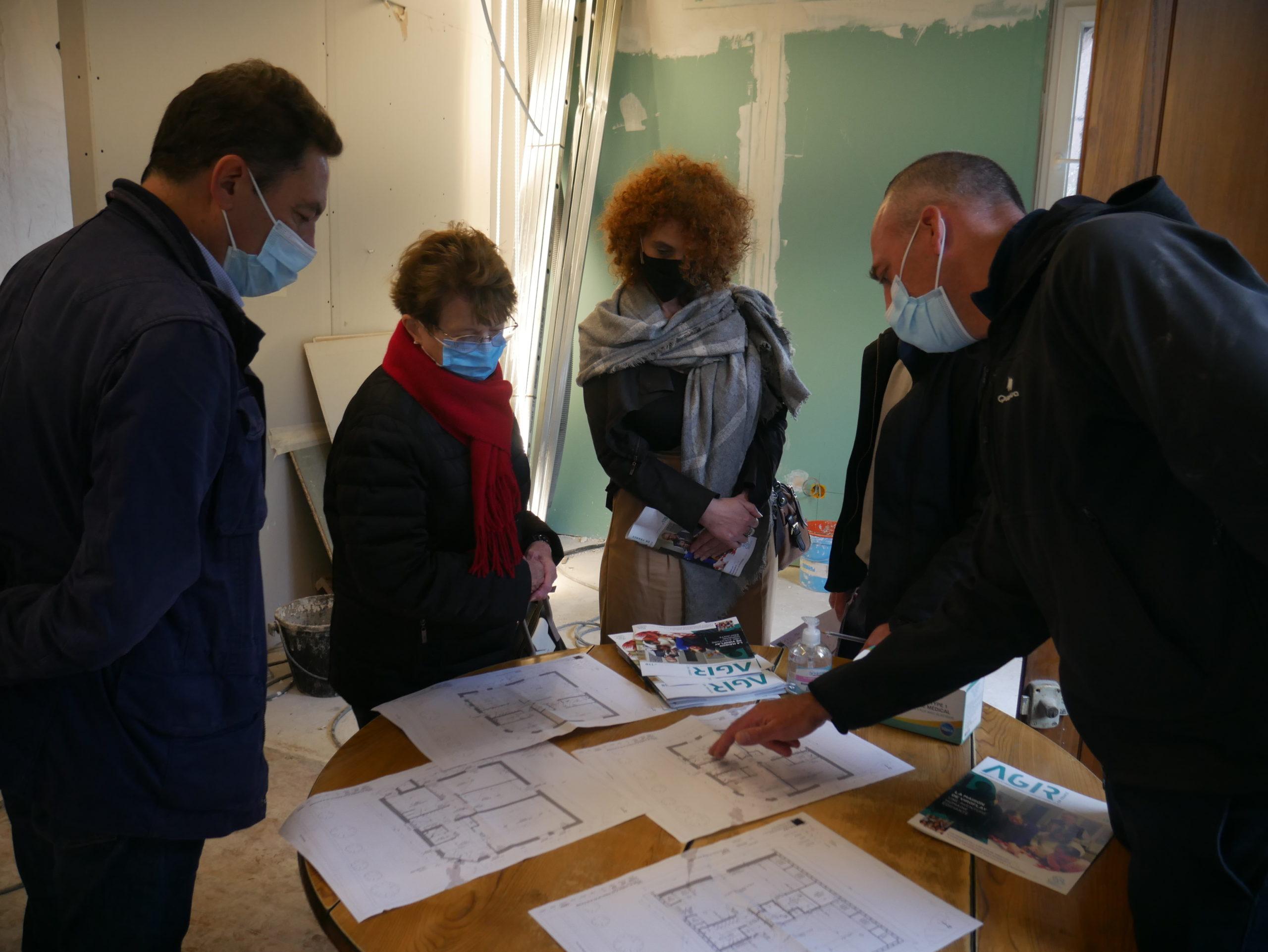 Sylvain Boureau, architecte, présente les plans de la maison